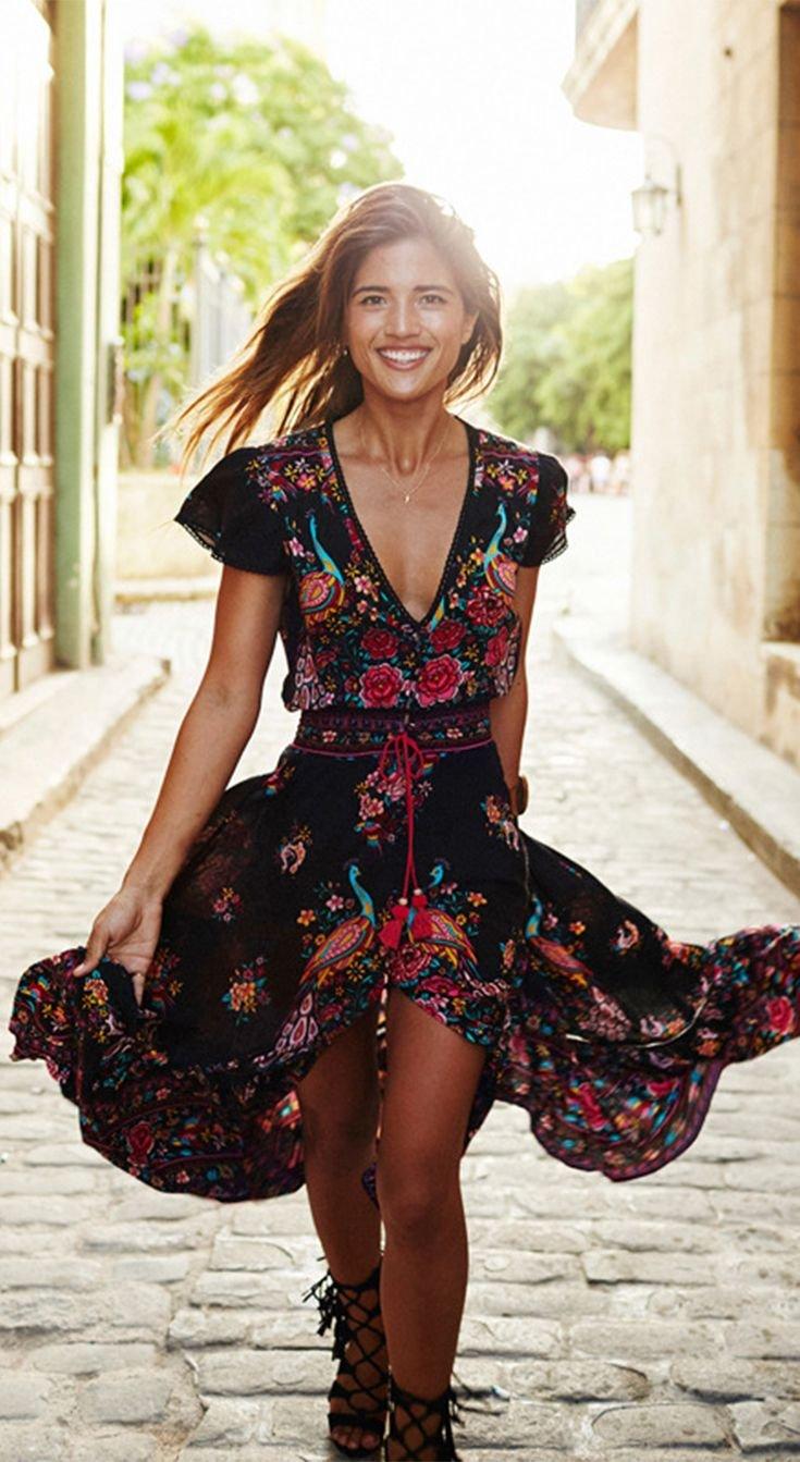 6a20a74f06c Como puedes ver en la imagen, se trata de un vestido precioso, con un largo  y soltura perfectos y un gran escote en V. Lo ideal en este tipo de prendas  es ...