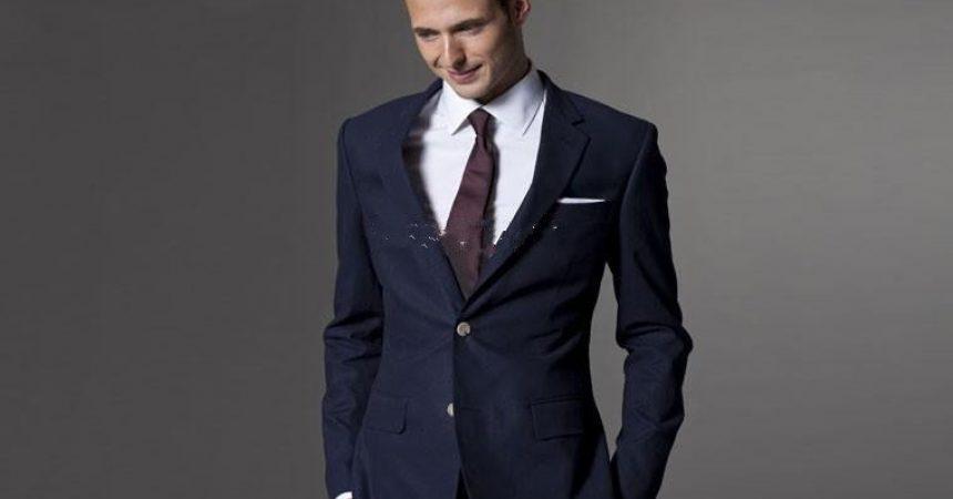 Cómo combinar un traje azul marino de hombre