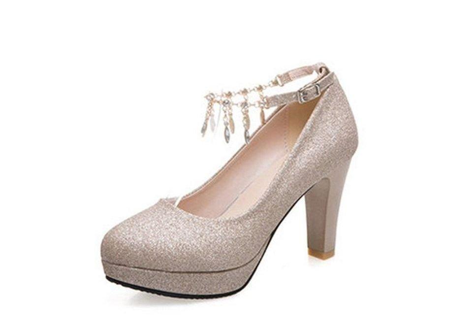 Zapatos con tacón alto y borlas